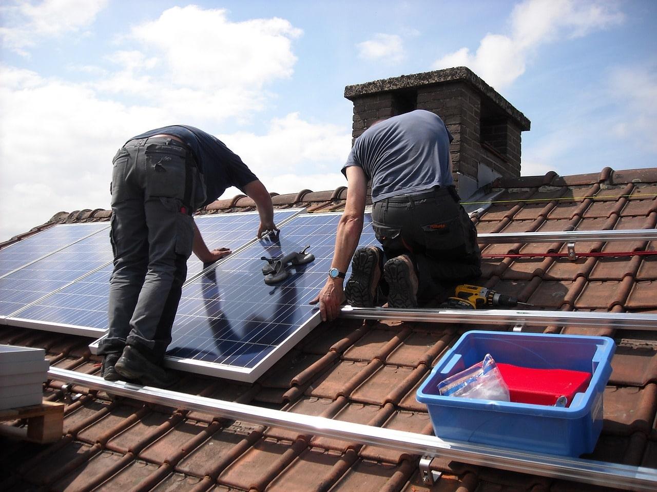 l'installation des panneaux solaires