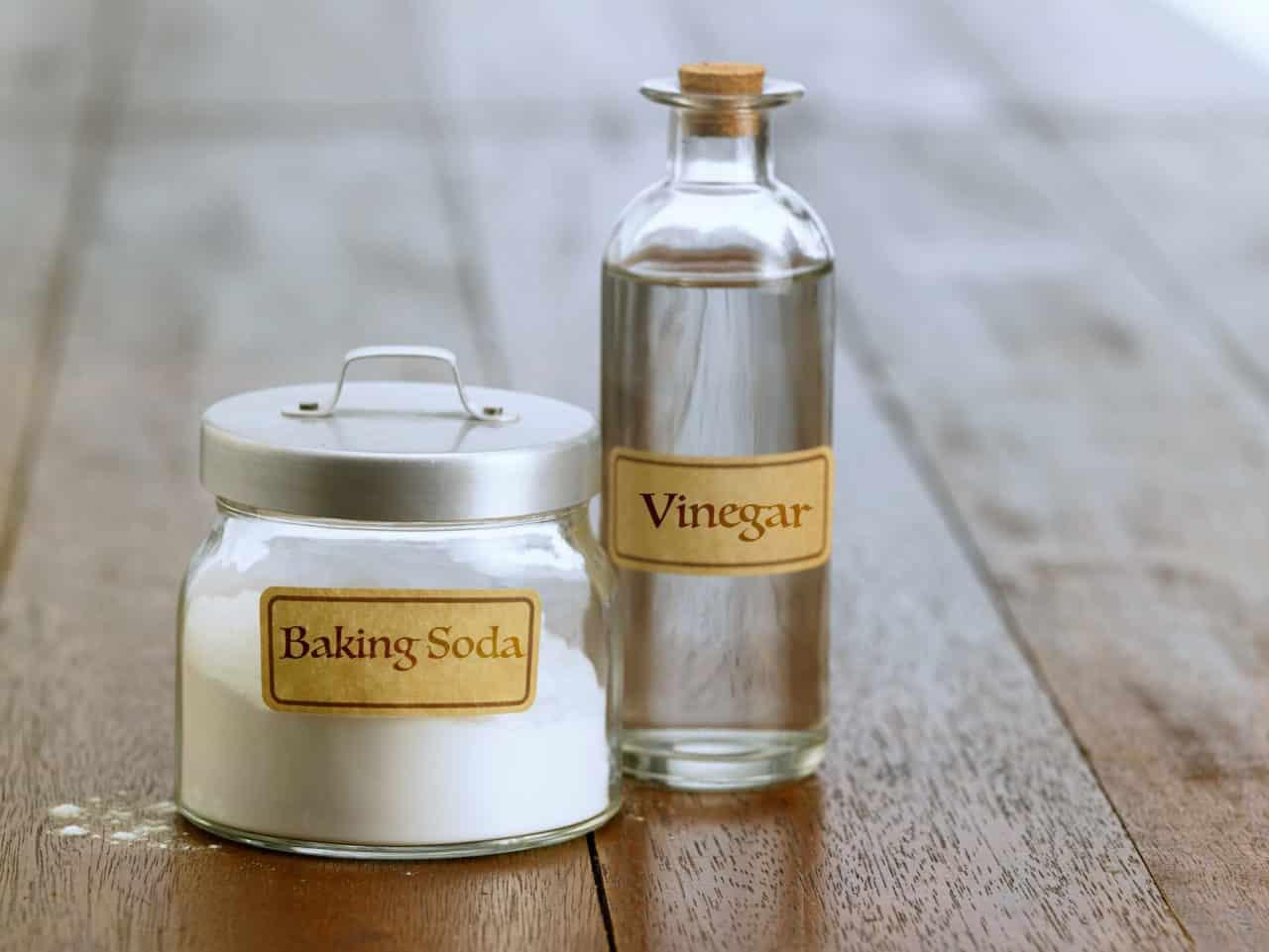 Bicarbonate de soude et vinaigre blanc